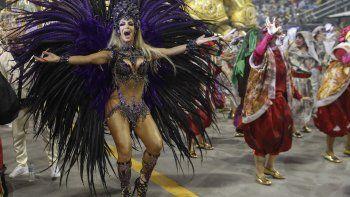 La bailarina transgénero Camila Prins, madrina de la sección de tambores de la escuela de samba Colorado do Brás, baila en Sambódromo, en Sao Paulo, Brasil, el 22 de febrero de 2020.