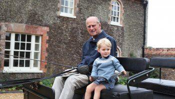 Una fotografía publicada por el Palacio de Kensington y el Duque y Duquesa de Cambridge de Gran Bretaña el 12 de abril de 2021 y tomada por la Duquesa muestra al Príncipe Felipe, Duque de Edimburgo (L) y el Príncipe George de Cambridge (R) de Gran Bretaña sentados en un carruaje Anmer Hall en el pueblo de Anmer en Norfolk, al este de Inglaterra, en una fecha no especificada en 2015.