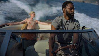 En esta imagen difundida por Warner Bros. Entertainment, Elizabeth Debicki, a la izquierda, y John David Washington en una escena de Tenet. La películarecaudó53millonesde dólares en 41 mercados extranjeros.