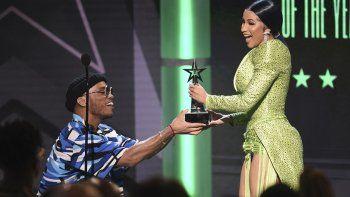 Cardi B recibe el Premio BET al álbum del año por Invasion of Privacy de manos de Anderson .Paak, el domingo 23 de junio del 2019 en el Teatro Microsoft en Los Angeles.