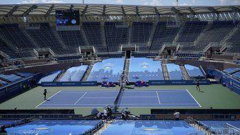 En esta foto del lunes 24 de agosto de 2020, la holandesa Arantxa Rus (derecha) hace una devolución a Serena Williams, durante un partido del torneo Western & Southern Open en Nueva York.La pandemia de coronavirus ha obligado a la celebración de los torneos sin público.