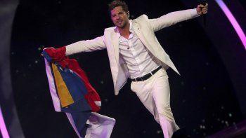 El cantante de Almería, vestido para la ocasión con un traje blanco, también incluyó en su apretado repertorio sus últimos dos sencillos: Perdón y A partir de hoy.