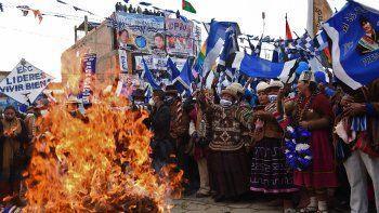 Simpatizantes del candidato presidencial Luis Arce del Movimiento Al Socialismo (MAS), que lidera el expresidente Evo Morales, protestan en El Alto, Bolivia, el 14 de octubre de 2020, antes de las elecciones generales.