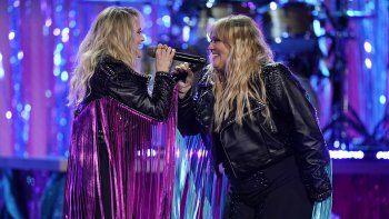 Miranda Lambert, izquierda, y Elle King cantan en la 56 entrega anual de los Premios de la Academia de la Música Country (ACM) , el domingo 18 de abril de 2021 en el Grand Ole Opry en Nashville, Tennessee.
