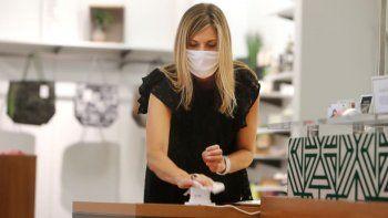 Amy Witt, dueña del local de ropa Velvet Window, en su local en Dallas, el 13 de mayo de 2020. Para los pequeños minoristas en EEUU, el coronavirus ha convertido un entorno empresarial ya desafiante en una incertidumbre sin fin.