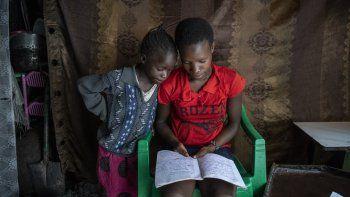 UNICEF insta a aprovechar la pandemia para reimaginar un mundo mejor para los niños, En la foto dos niñas de Kenia estudian en casa en el marco de la pandemia de COVID-19.