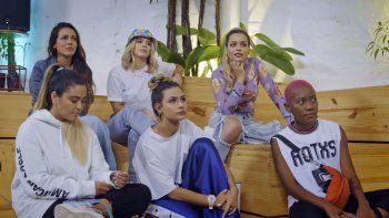 En esta imagen difundida por MTV Latinoamérica, atrás, de izquierda a derecha, Pitizion, Daniela Legarda y Gelo Arango, y abajo Itzza Primera, Loy y Mabiland, miembros del elenco del docu-reality Latin Flow, que se estrena el jueves 10 de junio en MTV Latinoamérica y Amazon Prime.