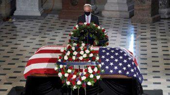 El senador demócrata Tim Kaine rinde homenaje ante el féretro de la jueza de la Corte Suprema Ruth Bader Ginsburg, que yace en capilla ardiente en el Capitolio en Washington, el viernes 25 de septiembre del 2020.