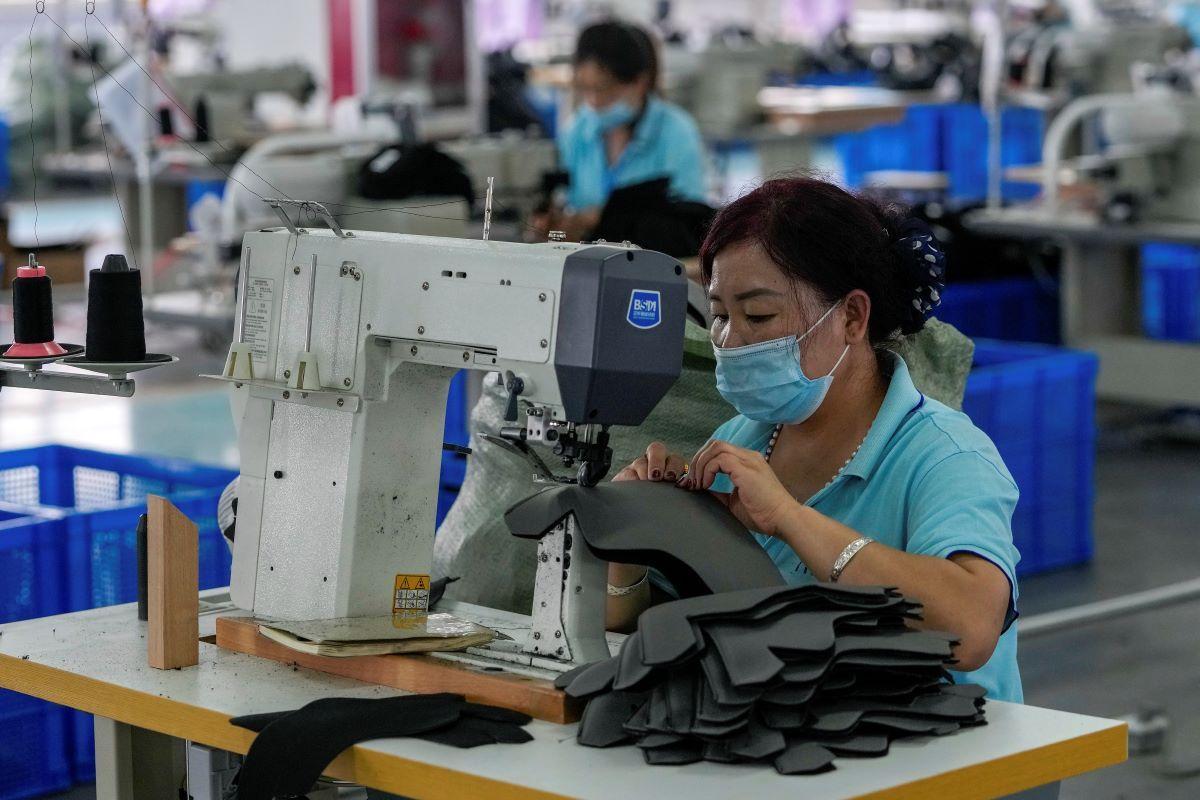 Una mujer trabaja en una factoría en Pekín.