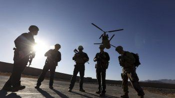 En esta foto del 30 de noviembre del 2017, soldados estadounidenses esperan en la pista de aterrizaje en en una base en la provincia de Logar, Afganistán