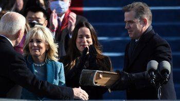 En esta foto de archivo tomada el 20 de enero de 2021, el hijo de Joe Biend, Hunter Biden (derecha), entrega la Biblia a la entrante Primera Dama de los Estados Unidos, Jill Biden (C), mientras Joe Biden toma juramento como el 46 presidente de los Estados Unidos en el Capitolio de los Estados Unidos en Washington, DC.