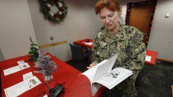 La suboficial de la armada de EEUU, Shannon Chambers, trabaja en el centro de seguimiento de Santa Claus en la Base Aérea Peterson, 23 de diciembre de 2019. Más de 1.5000 voluntarios recibirán unas 140.000 llamadas telefónicas sobre el paradero del Papá Noel en la víspera de Navidad.
