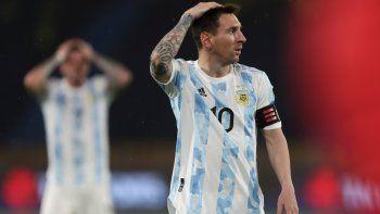 El argentino Lionel Messi gesticula durante un partido de clasificación para el Mundial de Qatar de 2022 contra Colombia en el estadio Metropolitano, en Barranquilla