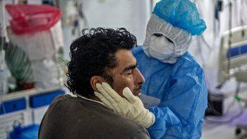 Una enfermera (2-R) realiza fisioterapia en un paciente con COVID-19 en la Unidad de Cuidados Intensivos del Hospital Alberto Sabogal Sologuren, en Lima, el 2 de julio de 2020, en medio de la nueva pandemia de coronavirus.
