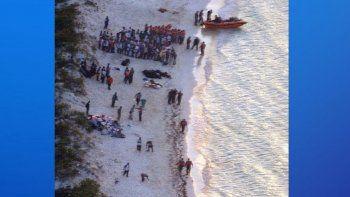 Los15 supervivientes fueron rescatados a seis millas de distancia del citado archipiélagopor un barco de la RBDF y luego serán entregados a las autoridades de inmigración.
