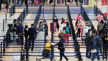 Los pasajeros se registran en el Aeropuerto Internacional Jorge Chávez en Callao, Perú, el lunes 5 de octubre de 2020. Después de más de seis meses detenidos por la pandemia del coronavirus, los vuelos internacionales en el aeropuerto más grande de Perú se reanudan con servicios a Colombia, Ecuador. Panamá, Paraguay, Uruguay, Bolivia y Chile.