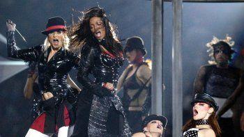 En esta fotografía de archivo del primero de febrero de 2004 Janet Jackson, centro, durant su presentación en el espectáculo de medio tiempo del Super Bowl XXXVIII en Houston.