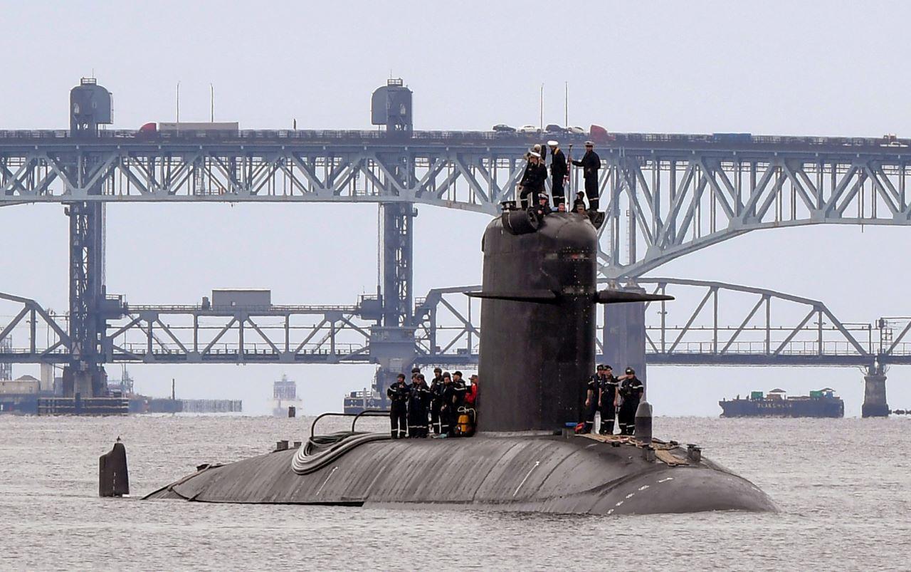 El submarino francés FNS Amethyste (S605) transita por el río Támesis en preparación para llegar a la Base de Submarinos Navales de New London en Groton, Connecticut, el 1 de septiembre de 2021.