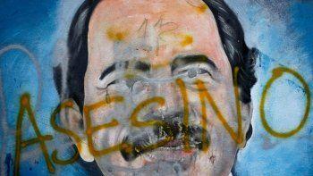 En esta foto de archivo del 26 de mayo de 2018, se ve un mural a Daniel Ortega cubierto con la palabra asesino, en medio de protestas contra el régimen en Managua, la capital del país. El Parlamento de Nicaragua, dominado por el gobernante Frente Sandinista, aprobó el lunes 21 de diciembre una ley que impide la participación de la oposición en las elecciones de 2021.