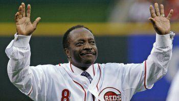 En esta foto del miércoles 7 de abril de 2010, el legendario segunda base Joe Morgan de los Rojos de Cincinnati saluda al público previo a un juego de los Rojos contra los Cardenales de San Luis