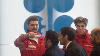 Médicos de la Cruz Roja controlan la temperatura a los asistentes a una reunión de la Organización de Países Exportadores de Petróleo, el 5 de marzo de 2020 en Asutria.