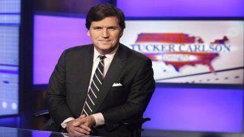Tucker Carlson, uno de los presentadores del canal de televisión Fox que se ha destacado por sus posiciones parcializadas hacia Donald Trump y a los movimientos de derecha y conservadores en Estados Unidos. Brian Stelter escribe un libro en el que aborda temas como el levantamiento de Tucker Carlson.