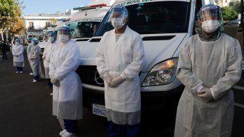 Trabajadores de la salud permanecen vestidos con ropa de protección completa durante una inspección en La Paz, Bolivia, el jueves 28 de mayo de 2020, antes de partir hacia la región amazónica de Beni en una caravana de equipos médicos para ayudar en la lucha contra la nueva pandemia de coronavirus.