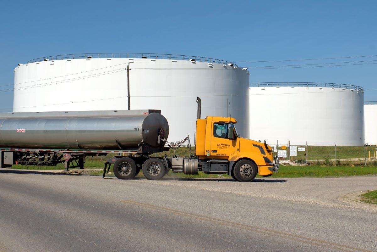 Un camión traslada crudo a depósitos de petróleo en Texas.