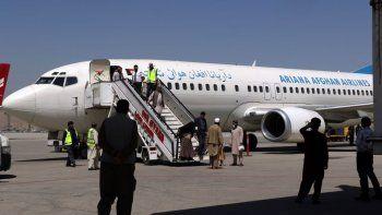 Pasajeros salen de un avión luego de haber aterrizado en el Aeropuerto Internacional Hamid Karzai, en Kabul, Afganistán, el domingo 5 de septiembre de 2021, procedentes de Kandahar.