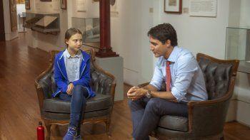 La activista adolescente Greta Thunberg, izquierda, conversa con el primer ministro canadiense Justin Trudeau en Montreal, el viernes 27 de septiembre de 2019.