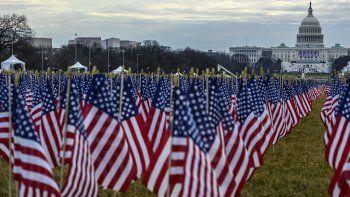Más de 200.000 banderas, durante la juramentación de Joe Biden, desplegadas frente al Capitolio nacional, representan los miles de estadounidenses que usualmente acuden a presenciar la toma de posesión.