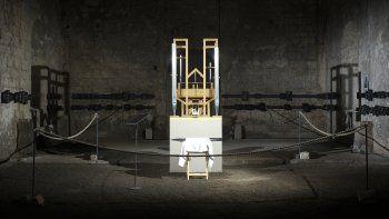 El órgano del proyecto John Cage es iluminado antes de un cambio de sonido en la iglesia parcialmente en ruinas de San Buchardi en Halberstadt, Alemania, sábado 5 de septiembre de 2020. La pieza Organ/ASLSP (Lo más lento posible) del compositor estadounidense John Cage es ejecutada en ese órgano desde 2001 con la intención de continuar sin pausa durante 639 años.