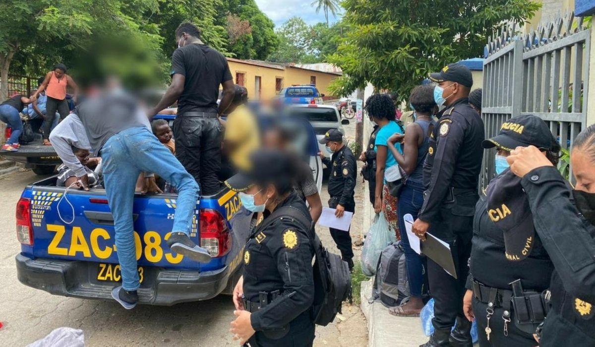 Algunos de los migrantes, mientras eran trasladados por las autoridades de Guatemala.