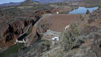 En esta imagen de archivo, tomada el 3 de marzo de 2020, vista de la represa hidroeléctrica Iron Gate Dam, en la parte baja del río Klamath, cerca de Hornbrook, California