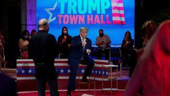 El presidente Donald Trump da una señal de aprobación durante un descanso del Foro de NBC News en el Museo de Arte Perez deMiami, el jueves 15 de octubre de 2020.