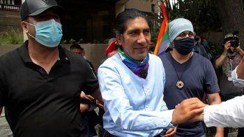 El activista ambientalista y de derechos indígenas Yaku Pérez, quien se postula a la presidencia por el partido político Pachakutik, saluda a un simpatizante afuera del Swissotel donde los observadores internacionales de las elecciones presidenciales del día anterior se hospedan en Quito, Ecuador, el lunes 8 de febrero de 2021.