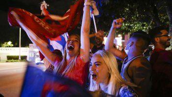Partidarios del presidente de Estados Unidos, Donald Trump, se manifestaron frente al restaurante cubano Versailles en Miami, Florida, el 3 de noviembre de 2020.