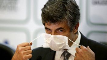 El ministro de Salud saliente Nelson Teich se retira su mascarilla para dar una conferencia de prensa el viernes 15 de mayo de 2020, en el Ministerio de Salud, en Brasilia, Brasil. Teich renunció luego de menos de un mes en el puesto.