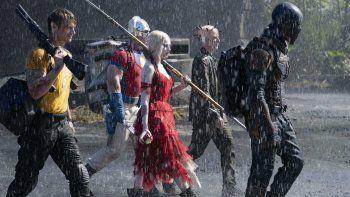 En esta imagen proporcionada por Warner Bros. Pictures, Joel Kinnaman, John Cena, Margot Robbie, Peter Capaldi e Idris Elba, de izquierda a derecha, en una escena de The Suicide Squad.