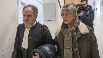 Mehana Mouhou, abogado que representa a las presuntas víctimas de abuso del escritor francés Gabriel Matzneff, y la activista por los derechos de los niños Latifa Bennari, llegan a una corte en París el miércoles 12 de febrero del 2020.
