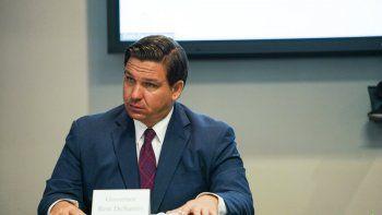 El gobernador de Florida, Ron DeSantis, y la primera dama Casey DeSantis realizan una mesa redonda sobre salud mental y COVID-19 en Tampa. La tasa de mortalidad por coronavirus de Florida superó la de los demás estados el martes 21 de julio de 2020.