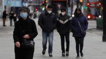 Peatones llevan máscaras al caminar por Oxford Street en Londres el sábado, 26 de diciembre del 2020. Millones de personas en Gran Bretaña enfrentaban el sábado severas nuevas restricciones por el coronavirus, con Escocia e Irlanda del Norte demandando medidas más estrictas para tratar de frenar una nueva variante del virus que se piensa es más contagiosa.