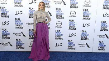 Jennifer Lopez llega a la ceremonia de los Premios Spirit del Cine Independiente el sábado ocho de febrero del 2020 en Santa Mónica, California.