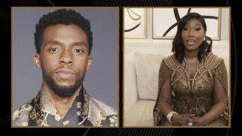 En esta imagen difundida por NBC el domingo 28 de febrero de 2021, Taylor Simone Ledward Boseman acepta el Globo de Oro al mejor actor en una película de drama en nombre de su difunto esposo, Chadwick Boseman, por su trabajo en Ma Raineys Black Bottom.