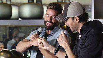 Ricky Martin, a la izquierda, y Enrique Iglesias durante una conferencia de prensa en West Hollywood, California, en la que anunciaron los detalles de su primera gira conjunta, el miércoles cuatro de marzo del 2020.