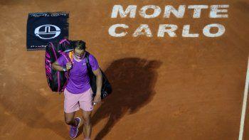 El español Rafael Nadal abandona la cancha después de perder su partido de cuartos de final individual contra el ruso Andrey Rublev en la séptima jornada del torneo Montecarlo ATP Masters Series en Mónaco el 16 de abril de 2021.