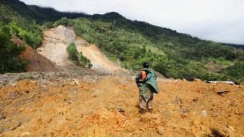 Un miembro de un equipo de rescate busca sobrevivientes en una zona donde se produjo un deslizamiento de tierra masivo por las lluvias ocasionadas por el paso de la tormenta Eta en la aldea de Queja, en Guatemala, el sábado 7 de noviembre de 2020