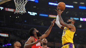 LeBron James, derecha, intenta un tiro por los Lakers de Los Ángeles frente a Russell Westbrook, izquierda, James Harden, segundo de izquierda a derecha, y P.J. Tucker durante el partido del jueves 6 de febrero de 2020, en Los Ángeles.