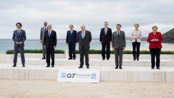 Los líderes del G7 posan para una foto de grupo con vistas al mar en el hotel Carbis Bay, en St. Ives, Cornualles, Inglaterra. De izquierda a derecha, el primer ministro de Canadá, Justin Trudeau; el presidente del Consejo Europeo, Charles Michel; el presidente de Estados Unidos, Joe Biden; el primer ministro de Japón, Yoshihide Suga; el primer ministro británico, Boris Johnson; el primer ministro de Italia, Mario Draghi; el presidente de Francia, Emmanuel Macron; la presidenta de la Comisión Europea, Ursula von der Leyen, y la canciller de Alemania, Angela Merkel.