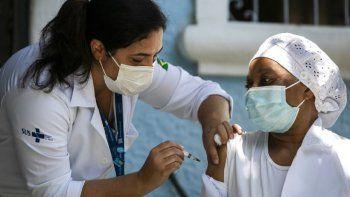 La enfermera Angela Cassiano recibe una vacuna contra el coronavirus fabricada por la empresa china Sinovac, el miércoles 20 de enero de 2021, en el hogar de ancianos donde trabaja en Río de Janeiro, Brasil.